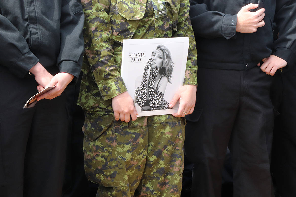 Shania Twain visits Canadian Armed Forces base in B.C.