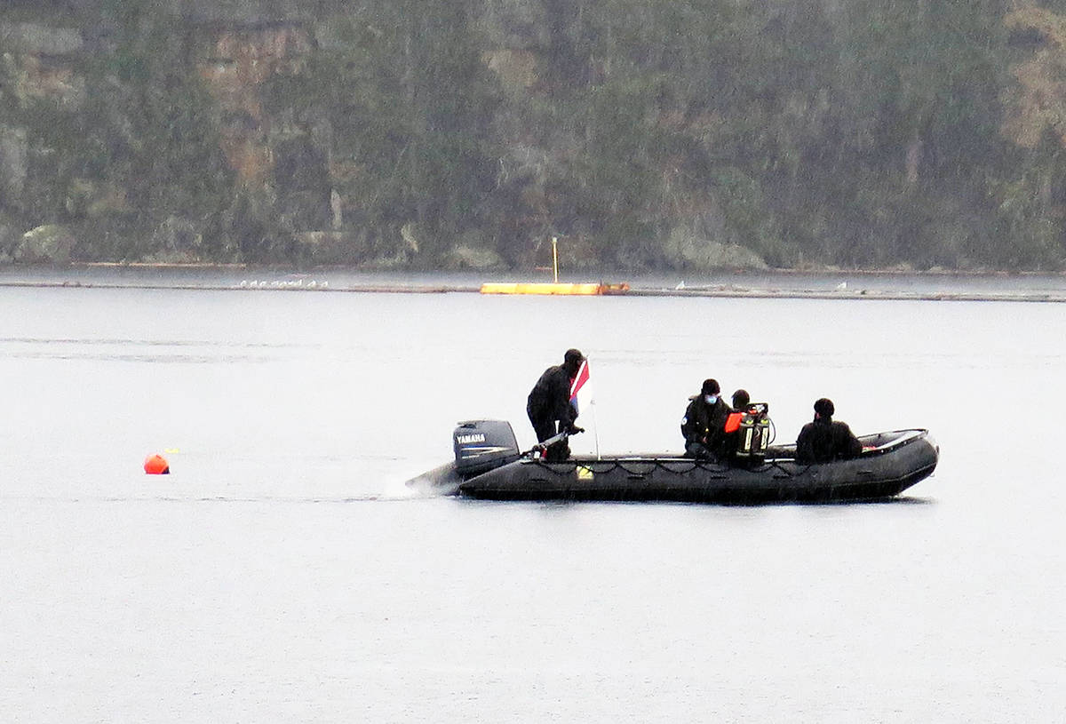 Divers move into position where they can locate sunken tires. (Photo by Kathleen Fenner)